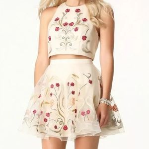 Bebe size 6 cream floral embroidered mini skirt